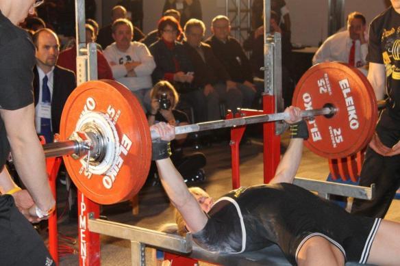 Jennifer Thompson (NC) benches 300 raw at 132lb bodyweight!